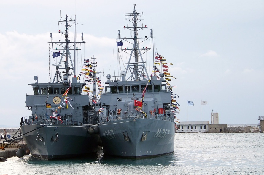 The German mine hunter M-1064 FGS Grömitz (left) and Turkish mine hunter M-267 TCG Ayvalık in Patras. Photo: Neapatra.blogspot.gr