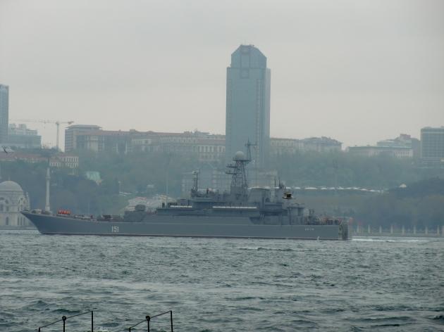 Russian landing Ship Azov passing through the Bosphorus. Photo: Gökalp Kunt.