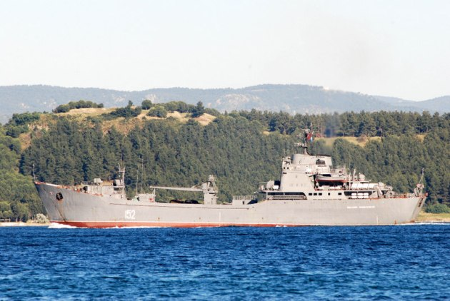 The Alligator class landing ship Nikolay Filchenkov passing through the Dardanelles. Photo: Ahmet Güven. Used with Permission.