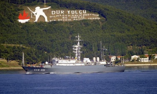 The Russian Vishnya class intelligence gathering ship Priazove passing through the Dardanelles. Photo: http://www.haber7.com/