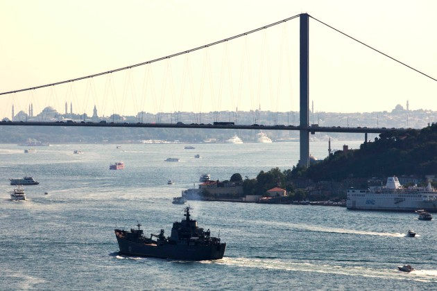 The Alligator class landing ship Nikolay Filchenkov passing through the Bosphorus. Photo: Mr. Kerim Bozkurt. Used with permission.