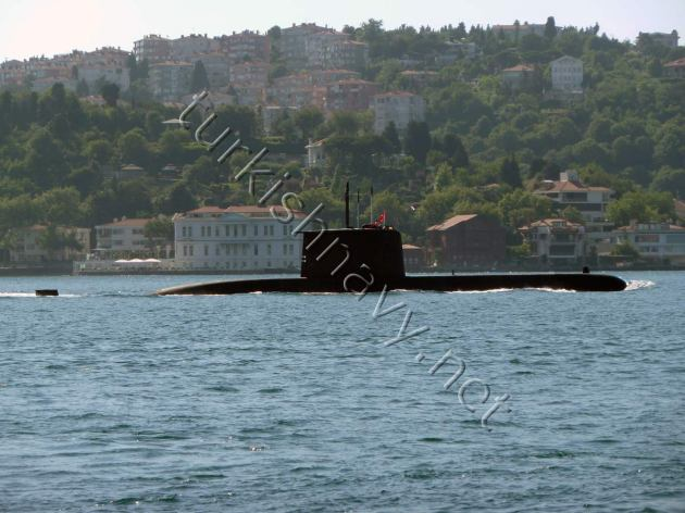 A Turkish Type 209/1400 Preveze/Gür class submarine passing through the Bosphorus