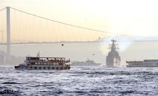 Russian Kashinin class destroyer 810 Smetlivy passing through the Bosphuros on 13 September 2013. Photo:   haberler.com
