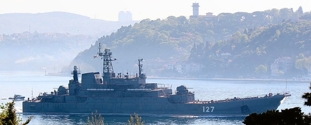 Fully loaded, Russian landing ship Minsk mainking a southbound passage through Istanbul Strait. Photo: Yörük Işık.